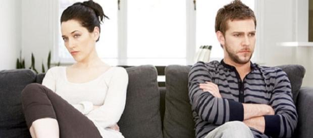 Mujer y hombre aparentemente disgustados.