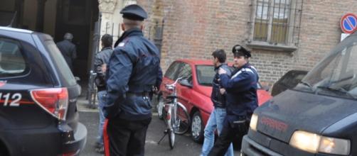 I carabinieri durante l'arresto dei malviventi
