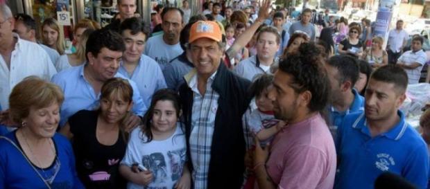 Scioli ayuda al monotributo; Macri daña provincias
