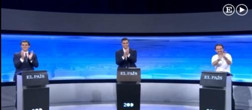 Los candidatos aplauden al finalizar el debate.