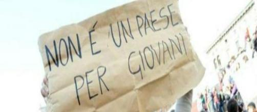 Slogan di una manifestante anti disoccupazione