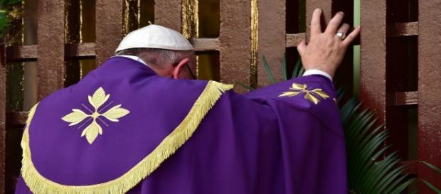 Bergoglio apre la porta santa del Giubileo.