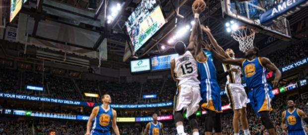 Jazz y Warriors pugnan por un rebote