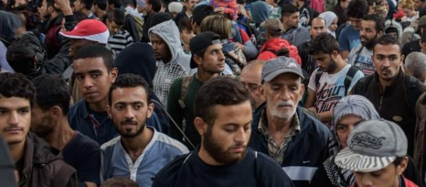Uchodźcy na dworcu w Monachium (PAP/Nicolas Armer)