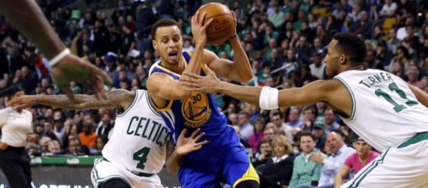 Curry trata de penetrar ante la defensa celtic