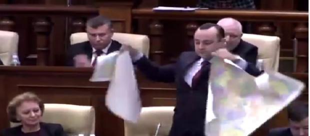 Deputatul a rupt Harta României Mari