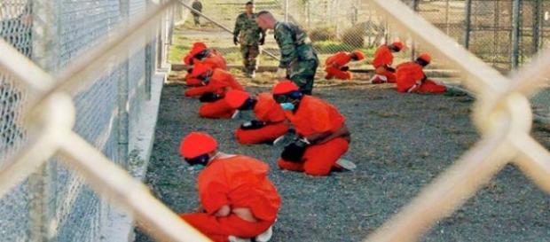 Foto che ritrae detenuti e militari in un carcere