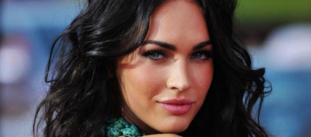 Megan Fox posando en un photocall