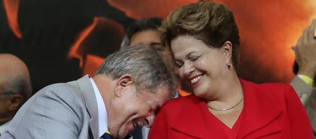Dilma e Lula riem em evento (Foto: Google)
