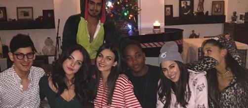 Ariana Grande reúne elenco de Victorious