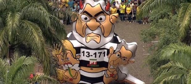 Protesto tem boneco inflável do Lula em BH