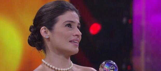 Renata Vasconcellos recebe prêmio