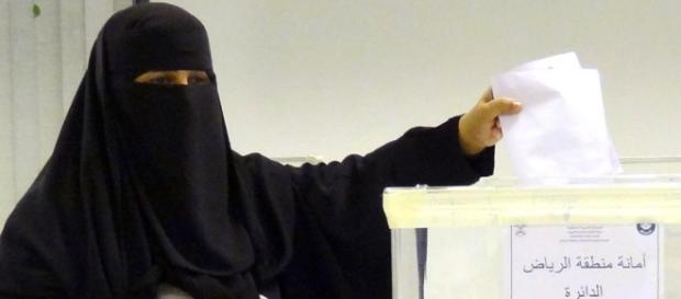 Una mujer vota en las elecciones municipales