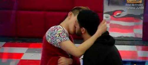 Han y Aritz besándose en GH 16