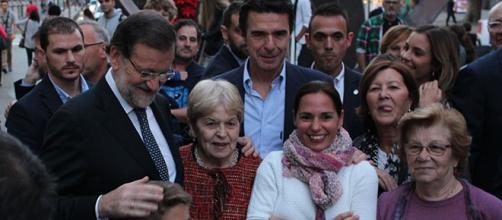 Rajoy se fotografió con los vecinos. Foto: GARDEU