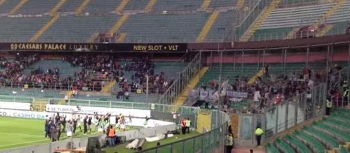 Giocatori dell'Alessandria sotto la curva