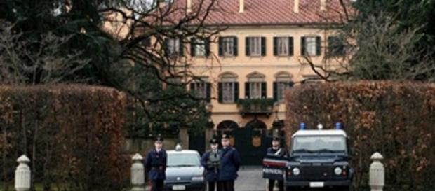 Uomo si dà fuoco fuori la residenza di Berlusconi