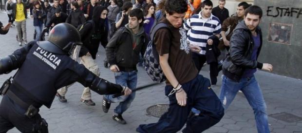 Policía nacional agrediendo a un estudiante