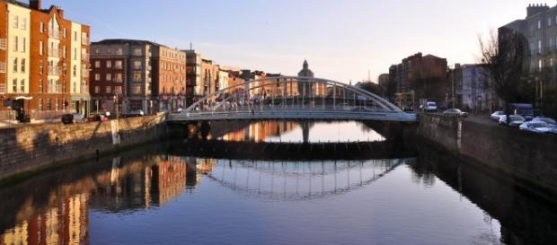 Ponte James Joyce em Smithfield, Dublin, Irlanda.
