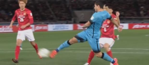 Suárez chuta para marcar o segundo gol da partida