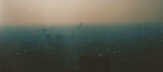 Una Milano completamente avvolta dallo smog.