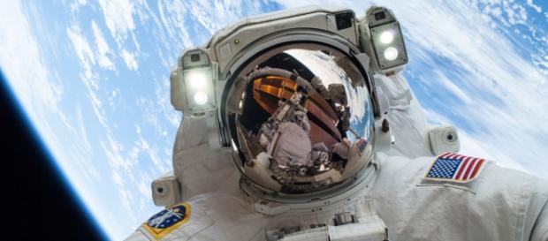 Un astronauta della Nasa in orbita