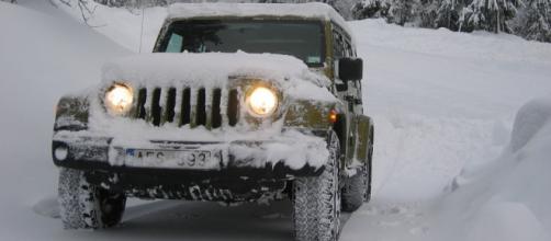 un'auto in difficoltà nella neve
