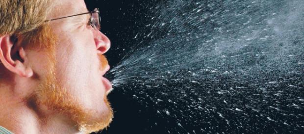 Estornudo, los fluidos recorren hasta 8 metros