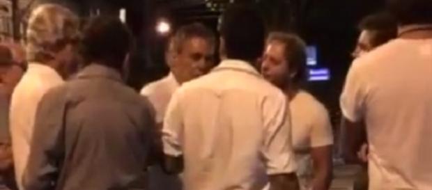 Discussão foi por pela opinião política do cantor.