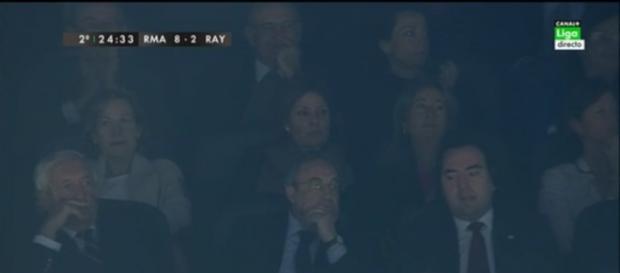 Florentino Pérez observa el partido desde el palco