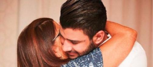 Gustavo Lima abraçando sua mãe em seu casamento