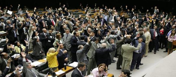 Deputados confundem despesas partidárias