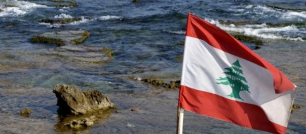 Una spiaggia con la bandiera del Libano