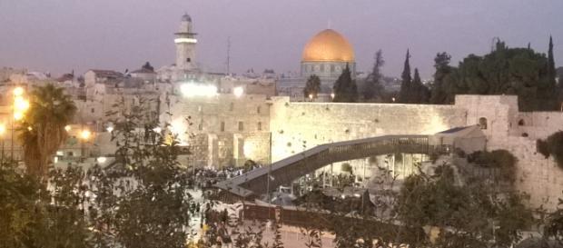 Vista do muro das lamentações e mesquita dourada.