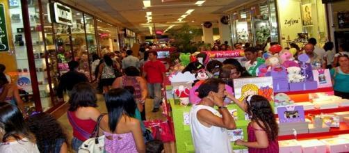 Shoppings estão cheios na véspera de Natal
