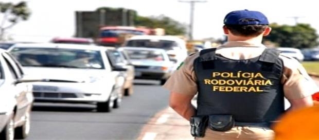 Polícia Rodoviária Federal fiscaliza trânsito