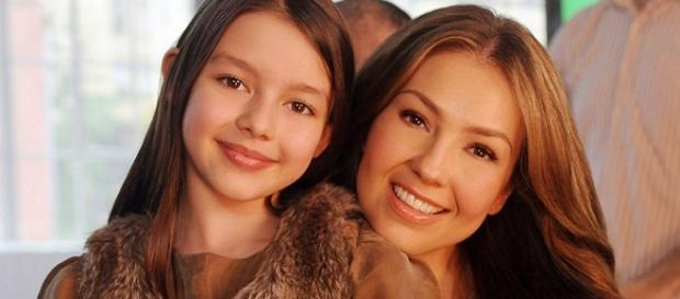 Thalia e sua filha distribuem presentes no Natal