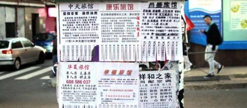 Carteles de anuncios en idioma chino en Usera.