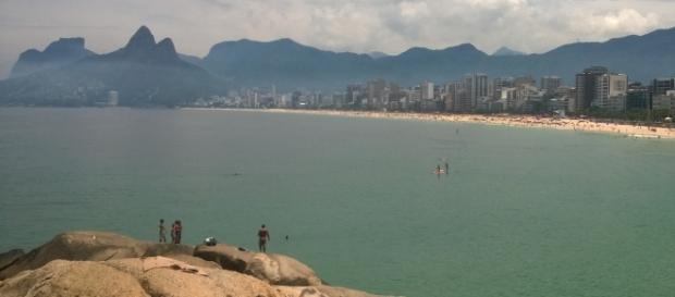 Vista da praia de ipanema das pedras do arpoador.