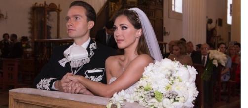 Anahí e o marido na cerimônia do casamento de 2015