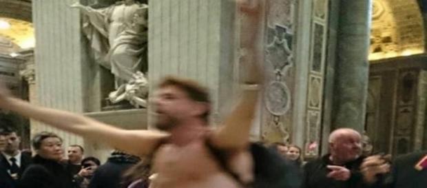 L'uomo che si è denudato a Roma