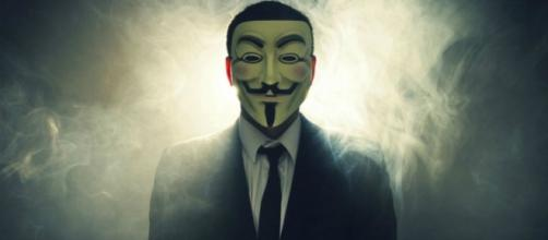 Un membro di Anonymous con la maschera simbolo