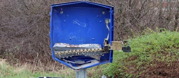 Máquina de venda de preservativos destruída.