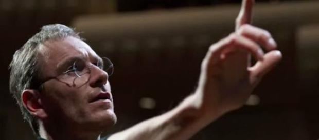 Michael Fassbender, representando a Steve Jobs