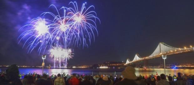 Il mondo accoglie il nuovo anno.