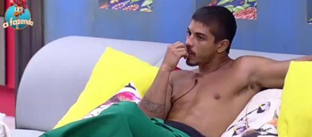 Douglas fica furioso com traição de Rayanne