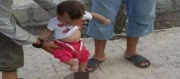 EI divulga imagem de criança chutando cabeça