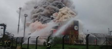 Incêndio em contêiner no Guarujá(Foto:Reprodução)