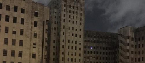 Albero di Natale fantasma nell'ospedale chiuso