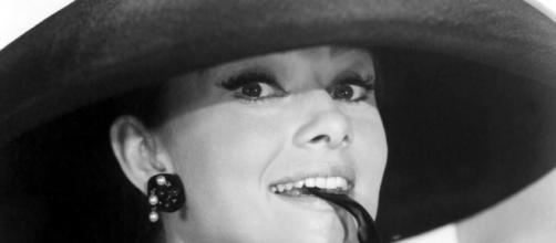 Audrey Hepburn meravigliosa Holly Golightly.